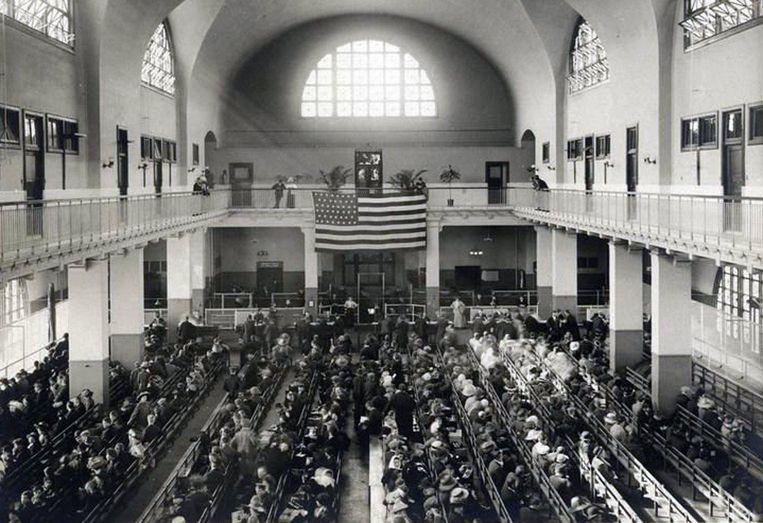 Wachtende immigranten op Ellis Island. Beeld afp