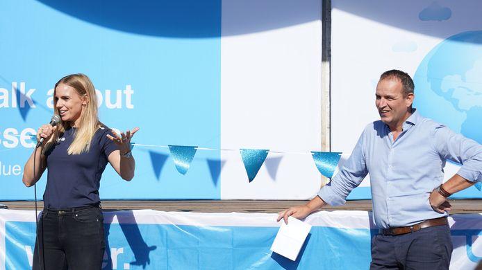 Topzeilster Marit Bouwmeester (links) en Angelo de Mul van Pure Blue spreken de kinderen toe tijdens de Climate School middag.