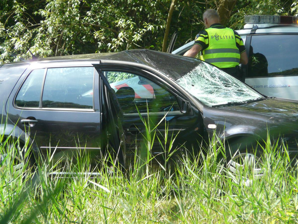 De botsing was hevig, getuige de schade aan auto en racefiets.