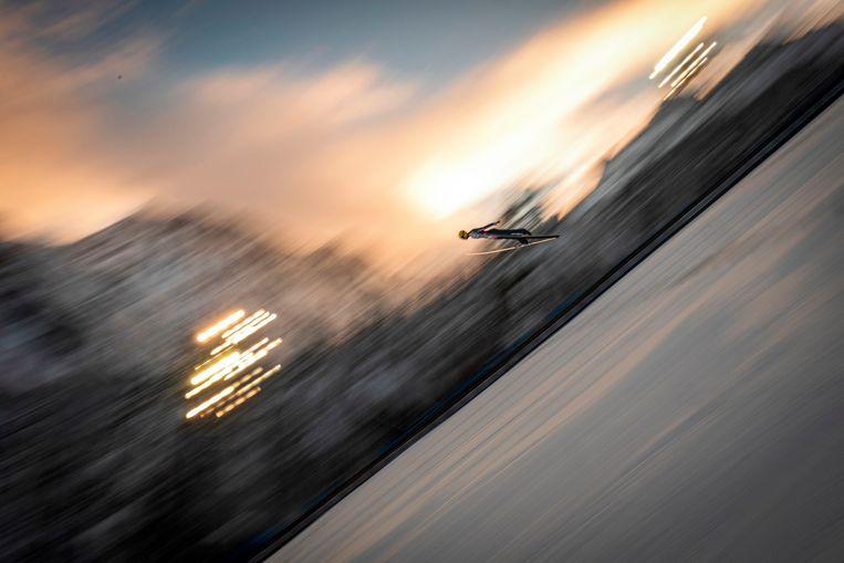 De Rus Evgeni Klimov zweeft boven de sneeuw op het WK skivliegen – een extreme vorm van schansspringen – voor landenteams in de Planica-vallei in Slovenië. Beeld AFP