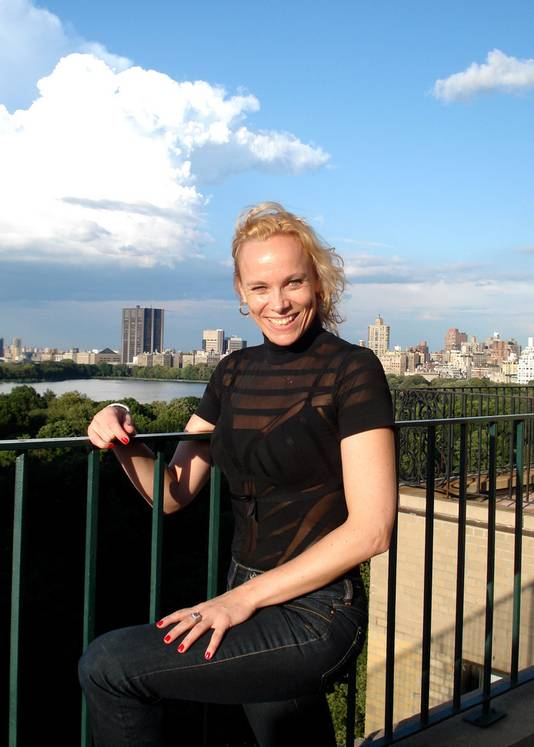 Linda Olthof op haar balkon met uitzicht over Central Parc op Manhattan.