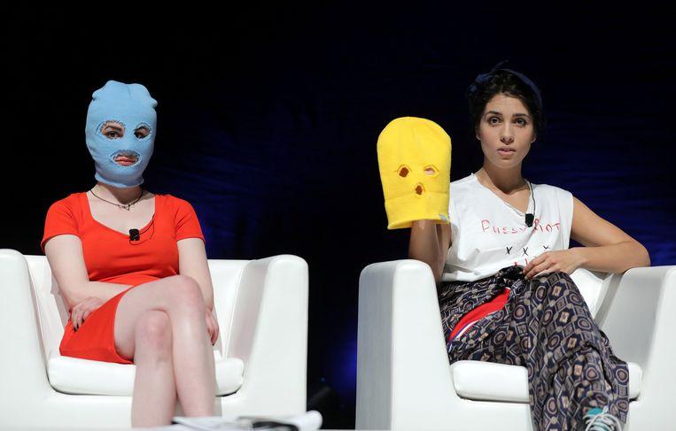 Nadja Tolokonnikova (rechts) samen met een gemaskerde Pussy Riot-collega eerder dit jaar in Cannes. Beeld REUTERS