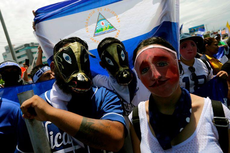 Gemaskerde demonstranten protesteren tegen president Ortega op 12 juli. Beeld AFP