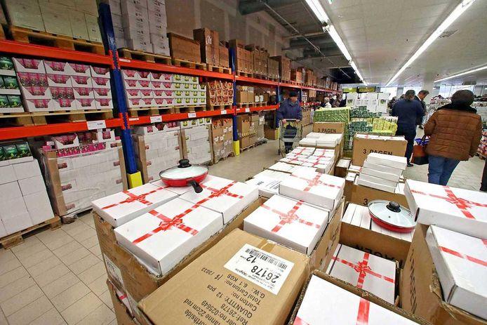 On ne vient pas faire ses courses chez Mere pour flâner ou pour le plaisir des yeux. Les articles y sont présentés dans leur emballage d'origine, comme dans un entrepôt de stockage industriel.