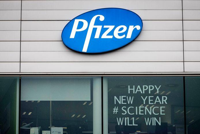 De Pfizer-vestiging in Puurs, met een opvallende boodschap op het raam.