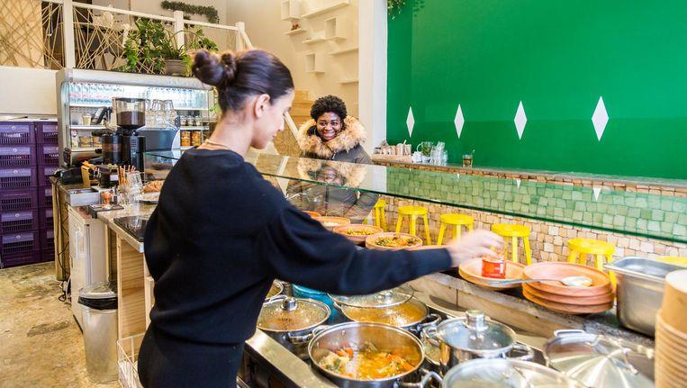 Couscous om af te halen of direct op te eten, en de Arabische Mozart staat op repeat bij de Couscousbar in Oost. Beeld Tammy van Nerum
