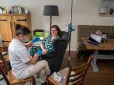Kankerpatiënt Esther uit Putten krijgt behandeling thuis: 'Dit is perfect voor mij, want ik zit er mijn leven lang aan vast'