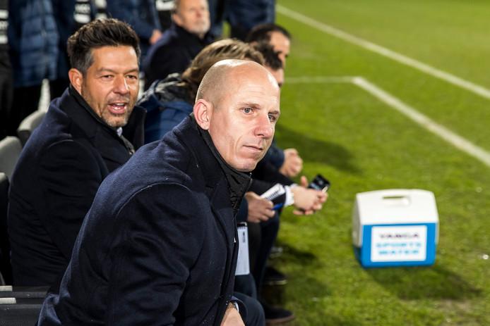 Reinier Robbemond zit er met een 5-0 voorsprong tevreden bij op de bank van Willem II.