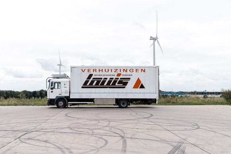 Performance artist Karl Philips woont in deze verbouwde oude verhuiswagen.  Beeld RV