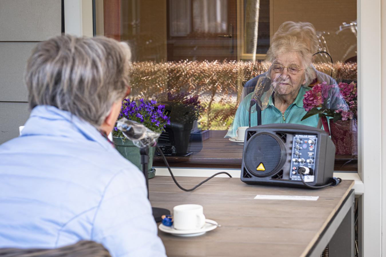 Willy Ruegebrink (l) en haar 98-jarige moeder, mevrouw Achterstraat, praten bij.
