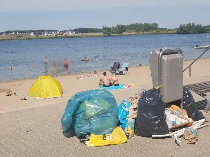 Ook veel vuil blijft liggen. Omwonenden ruimen het 's morgens op.