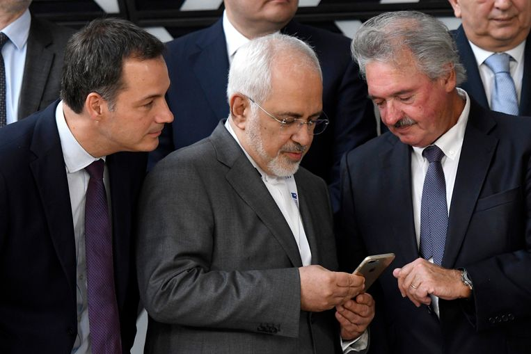 De Iraanse minister van buitenlandse zaken Javad Zarif (m.) geflankeerd door zijn Luxemburgse (r.) en Belgische (r.) evenknieën. Beeld Photo News