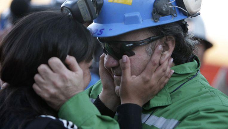 Een van de vrijgekomen mijnwerkers, met gedoneerde zonnebril. © reuters Beeld
