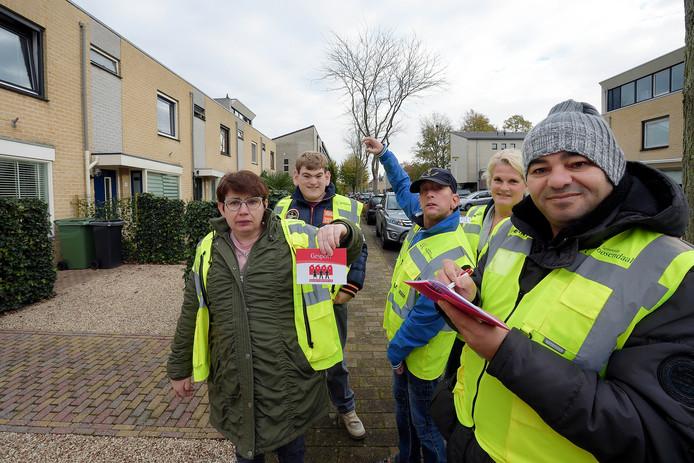 Het buurtpreventieteam Sterrebos in Roosendaal, met rechts achterin begeleidster Carlijn Elsten.