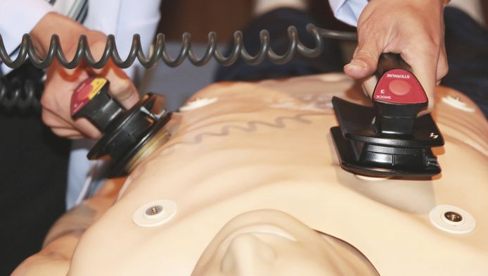 Oefenen met een defribillator (foto ter illustratie).