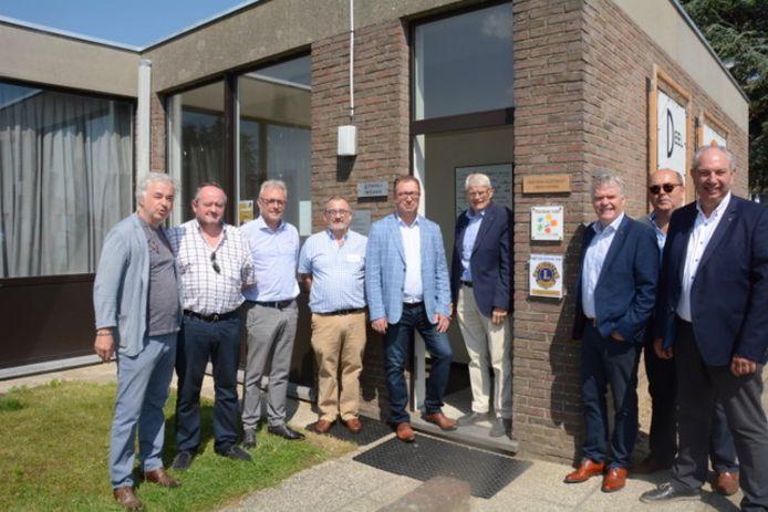 Her bestuur van Lions Club Wetteren aan de plaquette aan de deur.