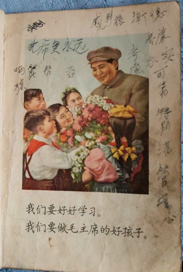 Een onderwijsboekje uit Zhangs jeugd. Hij kreeg het gedachtengoed van voorzitter Mao Zedong met de paplepel ingegoten. Beeld Privé-archief