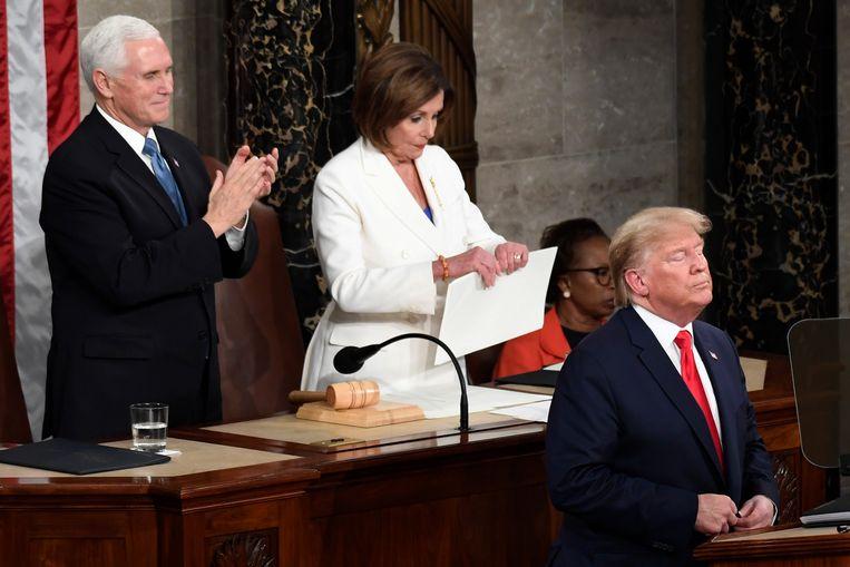 Nancy Pelosi scheurde president Trumps speech aan flarden na zijn toespraak. Beeld AP