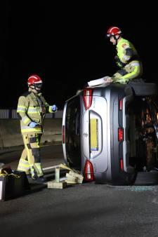 Ongeluk op Arnold van Gelrebrug in Tiel: auto belandt op zijkant