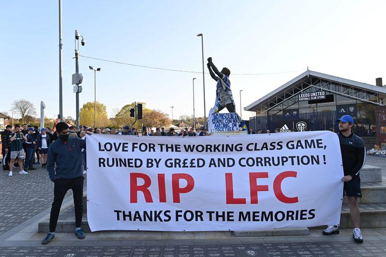 Anti-Super Leaguespandoeken voor het stadion van Leeds, waartegen Liverpool maandagavond speelde. Beeld AFP
