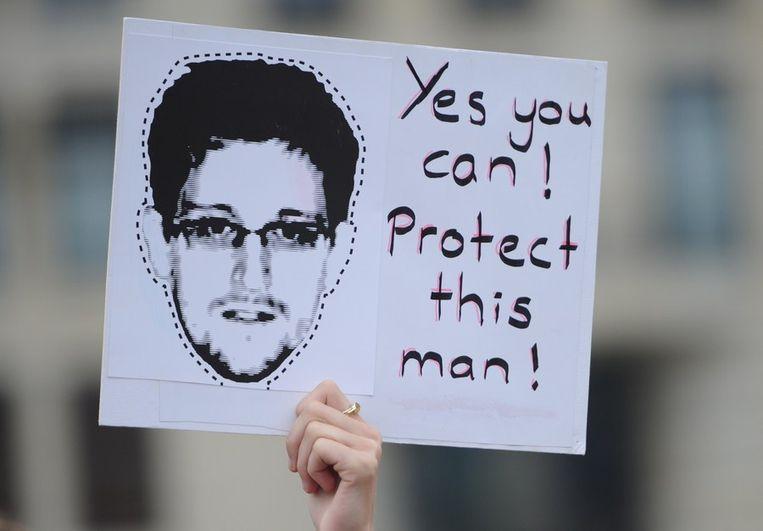 Demonstrant vraagt om bescherming voor Amerikaanse klokkenluider Edward Snowden. Beeld afp