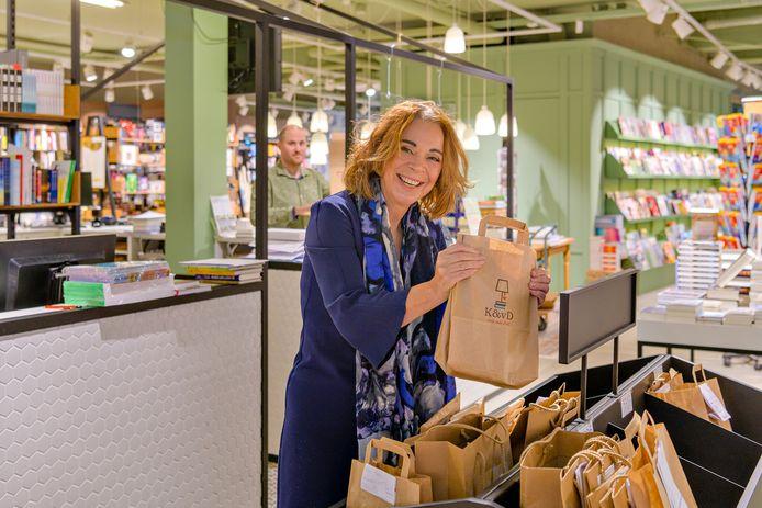 Sandra van Doorn is druk met het voorbereiden van de bestellingen van Boekhandel Kramer & van Doorn Zeist.