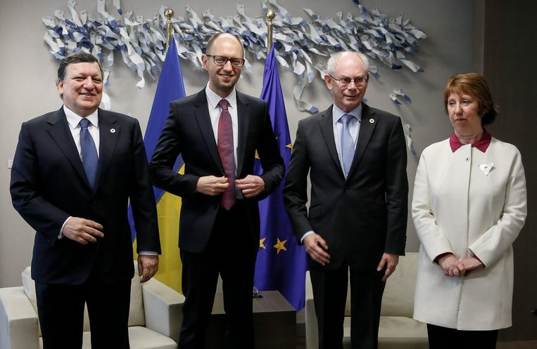 V.l.n.r.: de voorzitter van de Europese Commissie José Manuel Barroso, de Oekraïense premier Arseni Jatsenjoek, Europees president Herman Van Rompuy en buitenlandchef van de EU Catherine Ashton. Beeld epa