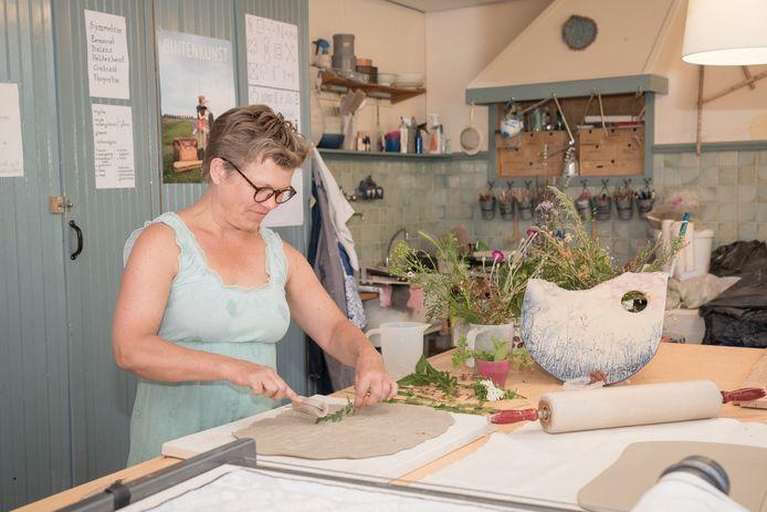 Ellen Bentlage aan het werk in haar Studio Onbekommerd in Dreischor