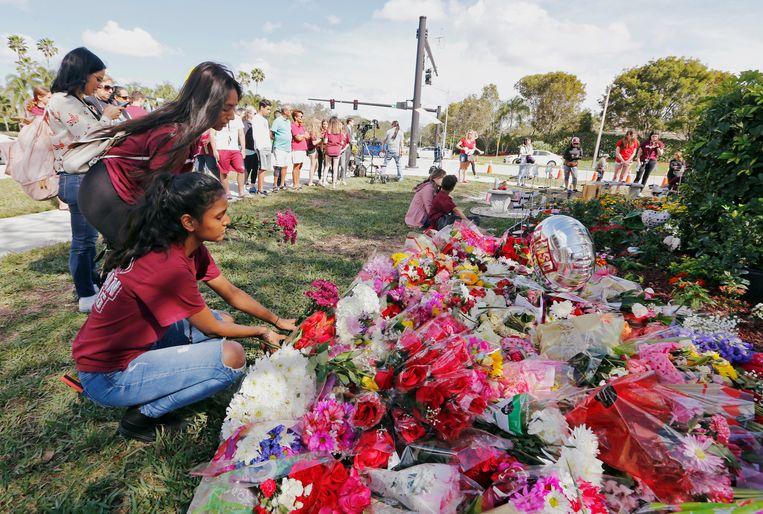 Op de eerste verjaardag van de aanslag eerder dit jaar werden bloemen neergelegd bij een gedenkteken op de campus van de getroffen school.