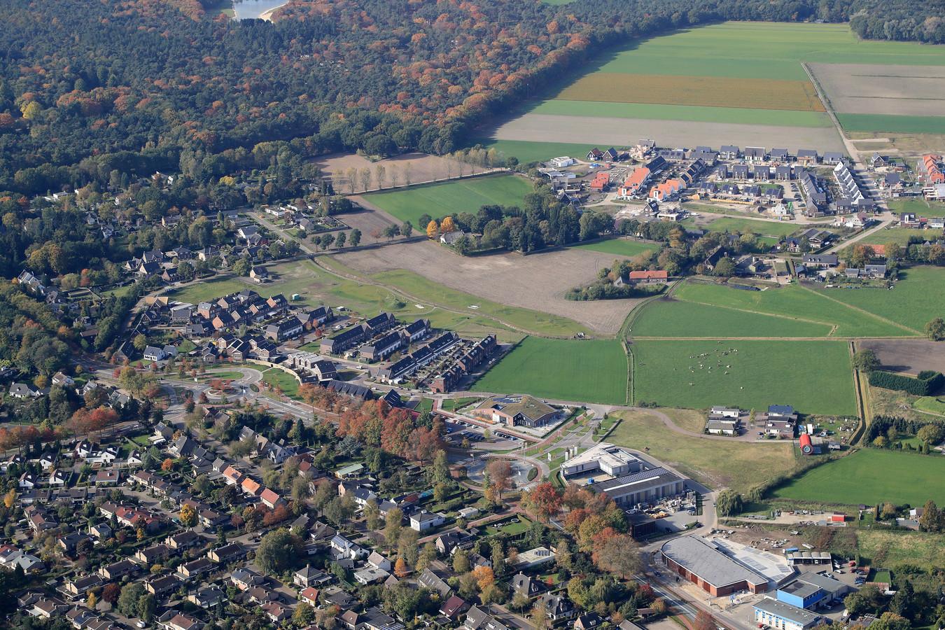 Mierlo van boven met rechtsonder de veelbesproken Lidl en bovenin het eerste deel van de wijk Luchen.