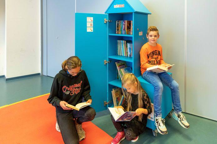 Anouk, Daimy en Levi van De Linden hebben de boekenkast al snel ontdekt.