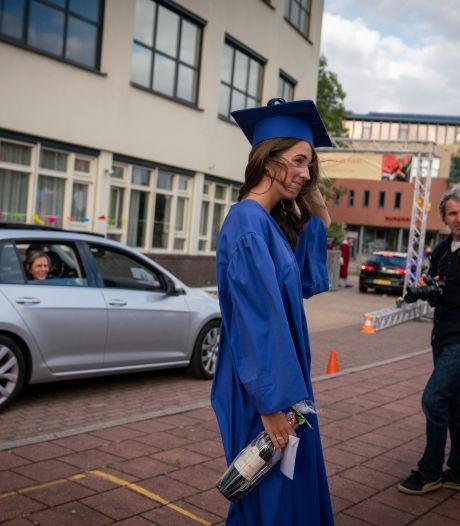 Drive-in diploma-uitreiking in Duiven in herhaling: 'Te vroeg voor de aula'