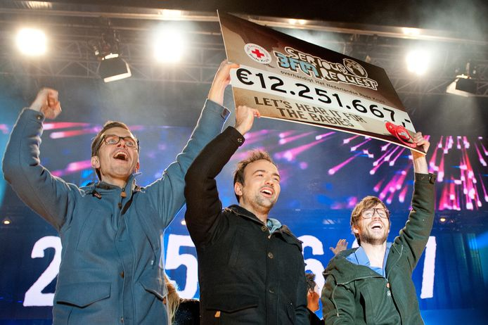 Michiel Veenstra, Gerard Ekdom en Giel Beelen maakten tijdens het slotfeest in 2012 de opbrengst bekend van dat jaar.