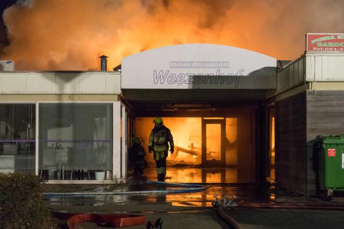 Winkelcentrum Weezenhof tijdens de brand in april 2017.