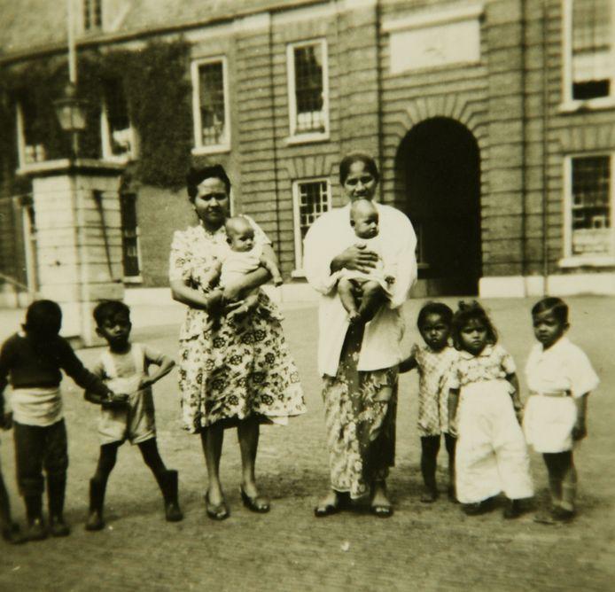 Molukse familie in het woonoord Kazerne in Woerden, in de jaren  vijftig.