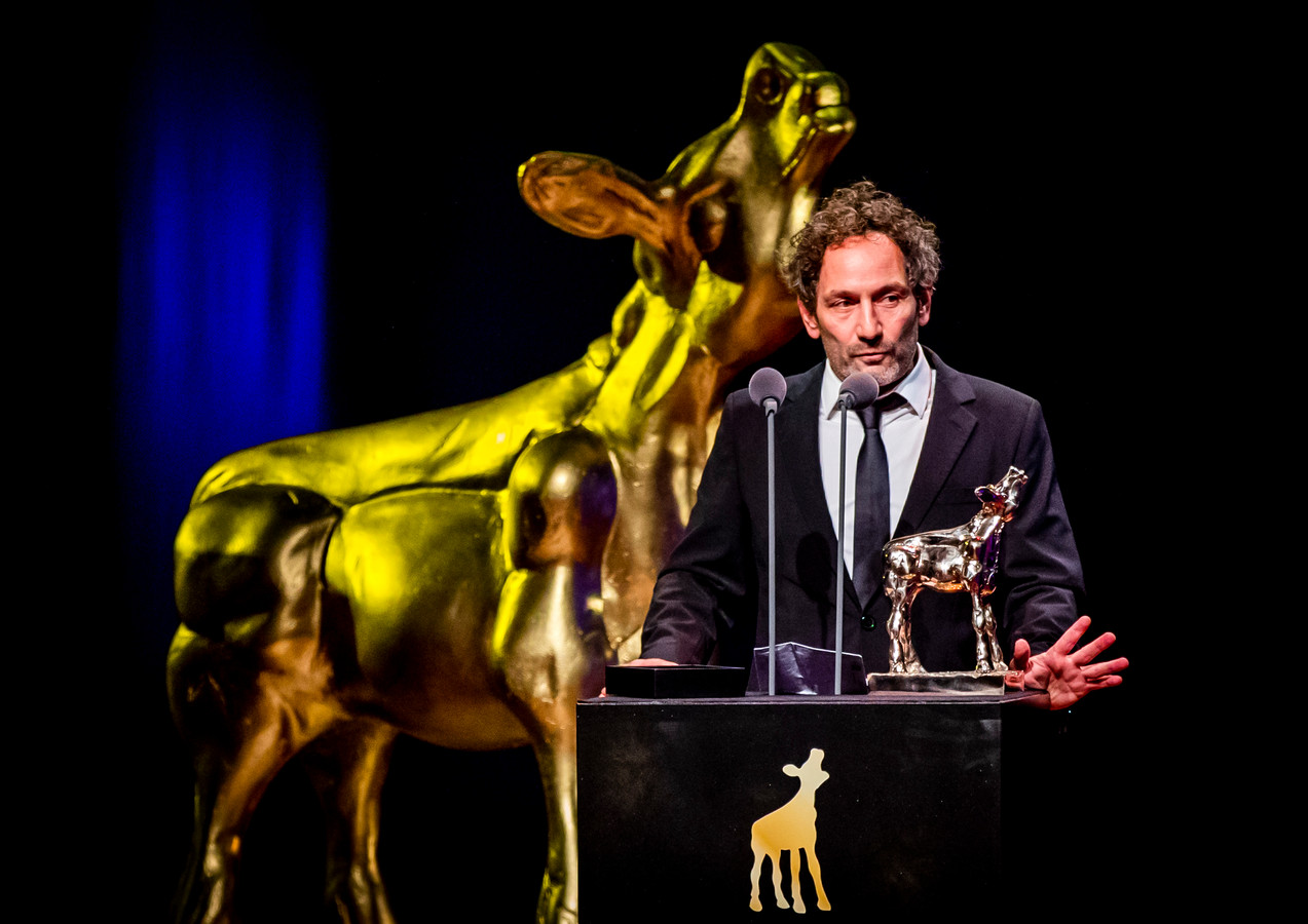 Jasper Wolf met zijn Gouden Kalf op het podium tijdens de uitreiking van het Gouden Kalveren Gala.