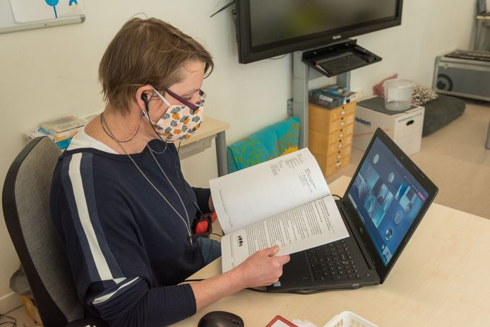 Marjolein Wijfjes, leerkracht van basisschool Wereldwijs in Eersel, geeft digitaal les aan groep vijf.