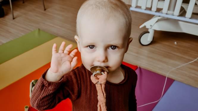 """Ouders van kankerpatiëntje Stella uit Putte schenken geld van benefietactie aan ziekenhuis:  """"Muziektherapie van ziekenhuis is lichtpuntje voor Stella"""""""