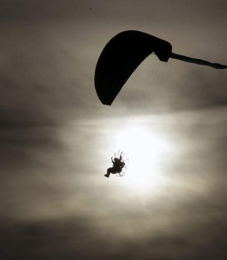 Nederlander (57) zwaargewond na ongeluk met paraglider in Duitsland: val van 20 meter hoogte
