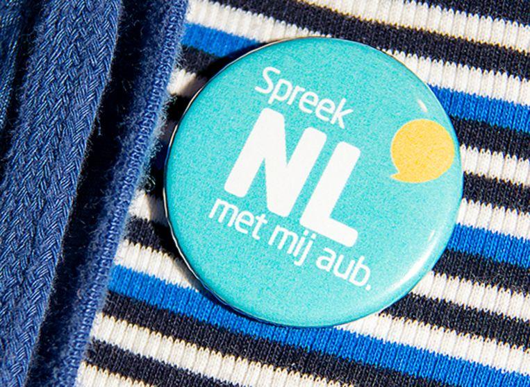 Anderstaligen kunnen deze pin opspelden zodat handelaars zien dat ze liever in het Nederlands worden bediend.