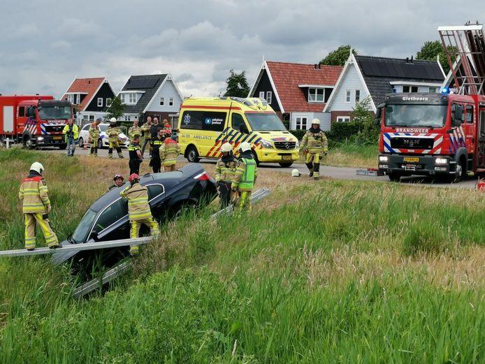 De auto is van de weg geraakt in Giethoorn.
