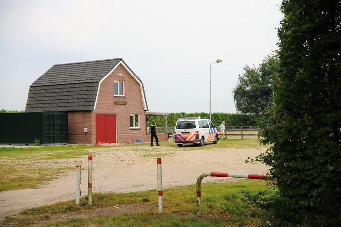 Politie bij de paardensportvereniging in Ommeren na het ongeluk.