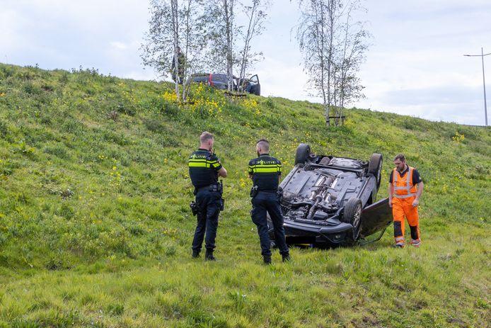 Auto rolt van helling in Amersfoort.