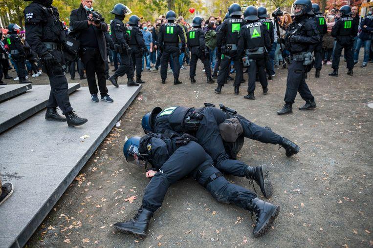 De politie houdt een betoger aan in Frankfurt, half november, tijdens een demonstratie van de Querdenken-beweging tegen het coronabeleid. Beeld Getty
