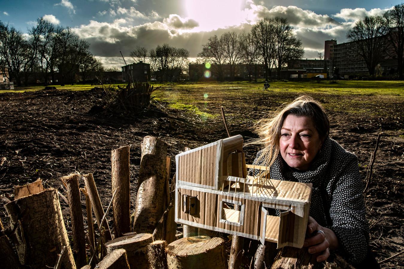 Jorien Maters kijkt naar de maquette van haar ideale Tiny House. Over een jaar kan dit huisje zomaar op de grond achter haar staan.