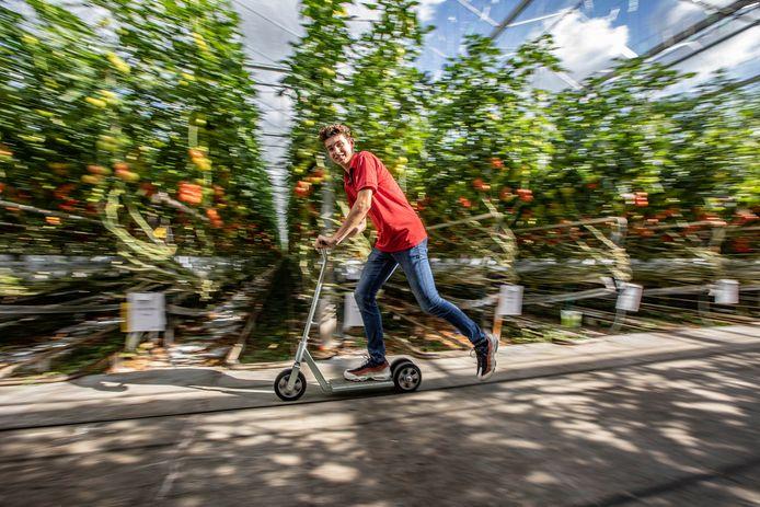 Bastiaan van Dijk is gek op de step van Steenks: ,,Sneller dan de fiets.''