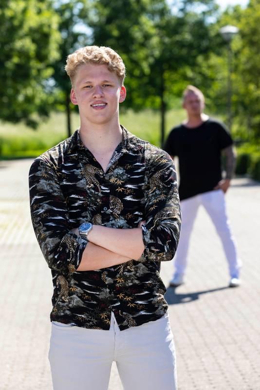Bram Kolenbrander met vader Arno op de achtergrond.