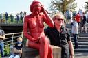 Archiefbeeld: Kunstenaar Johan Meirlaen poseert bij de rood-bronzen Loreleie bij de inhuldiging van het werk eind september.