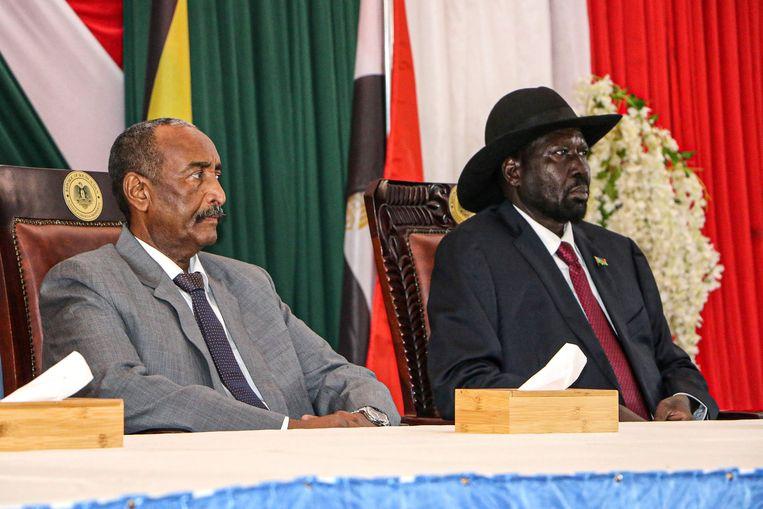 De leider van de soevereine raad van Sudan, generaal Abdel Fattah al-Burhan (links) en de president van Zuid-Sudan, Salva Kiir. Beeld AFP
