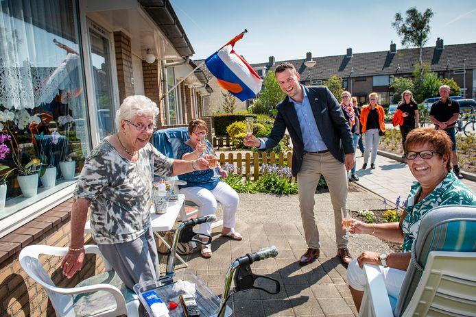 Burgemeester Robbert Jan van Duijn verrast mevrouw Aaftink-Meeuwis met bloemen voor haar verjaardag op Koningsdag.